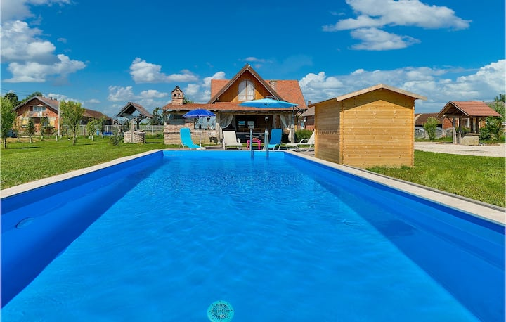Amazing home in Vrbovec with WiFi, Outdoor swimming pool and 2 Bedrooms