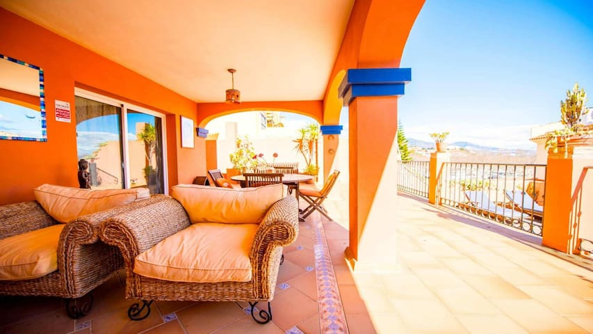 Modern House in 3 Min Walk To the Beach, Private Pool, Roof Solarium.Wifi.