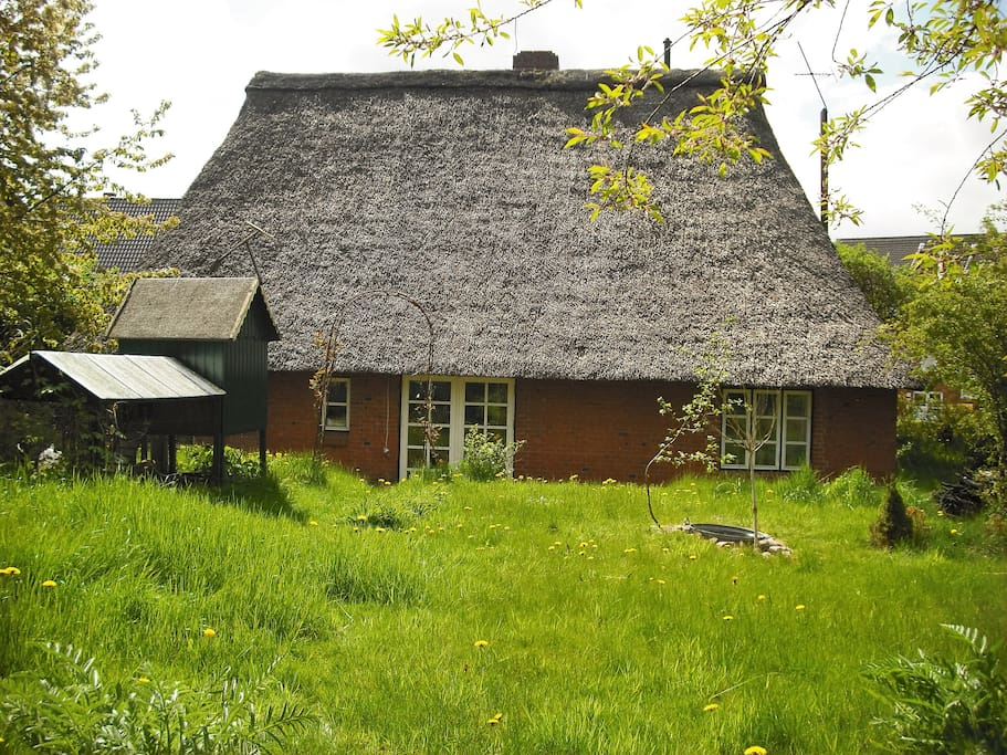 Ostseite mit links den Hühnerstall