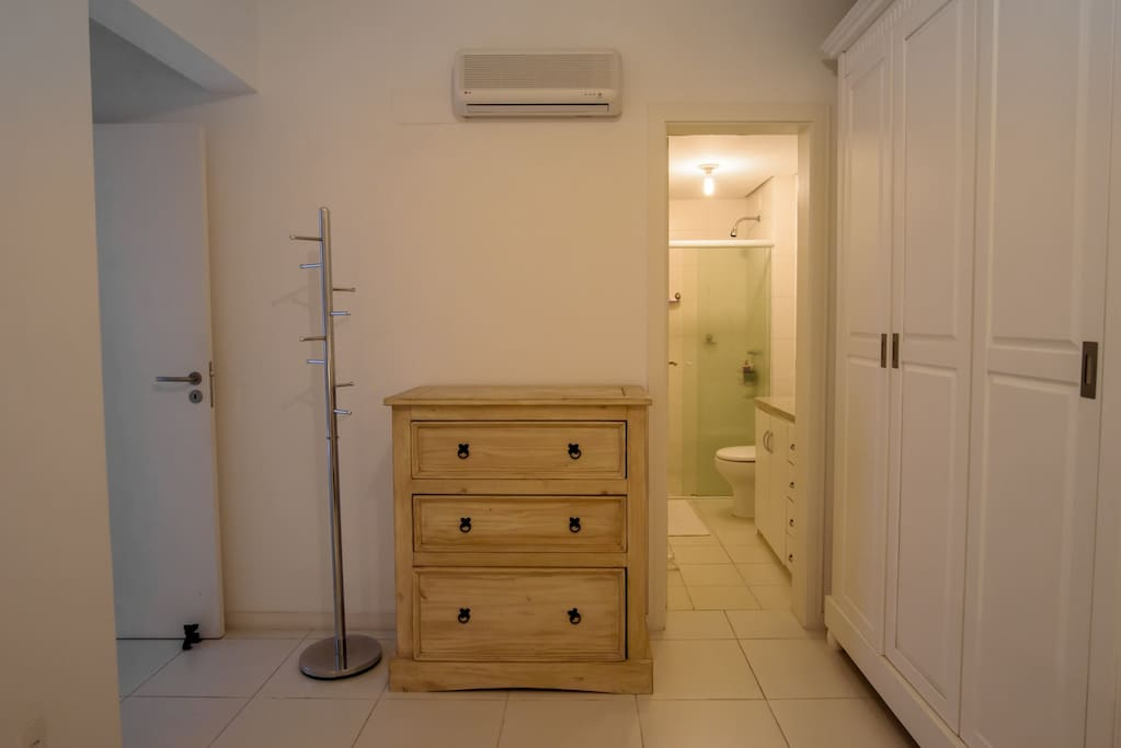 quarto com cômoda e cabide p/ uso