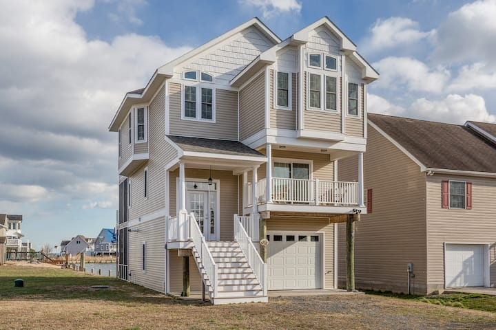 Calypso is a breathtaking Waterfront Vacation Home in Captain`s Cove Golf & Yacht Club, only 20 minutes to Chincoteague Island.