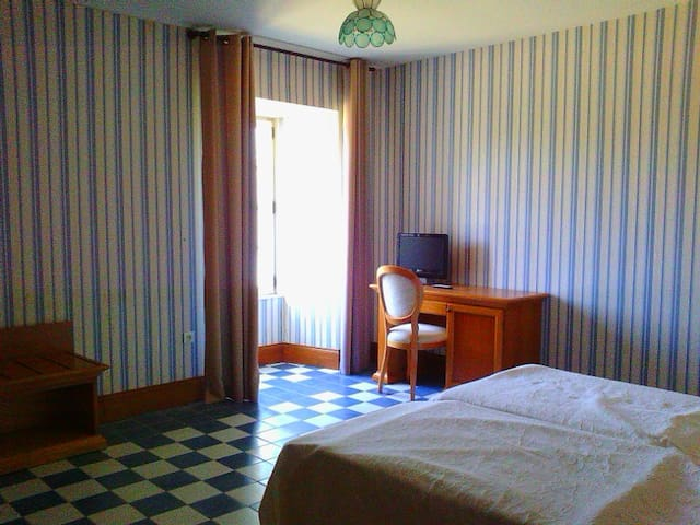 Chambre d'hôtel avec lits jumeaux - vue sur jardin - Dompierre-sur-Charente