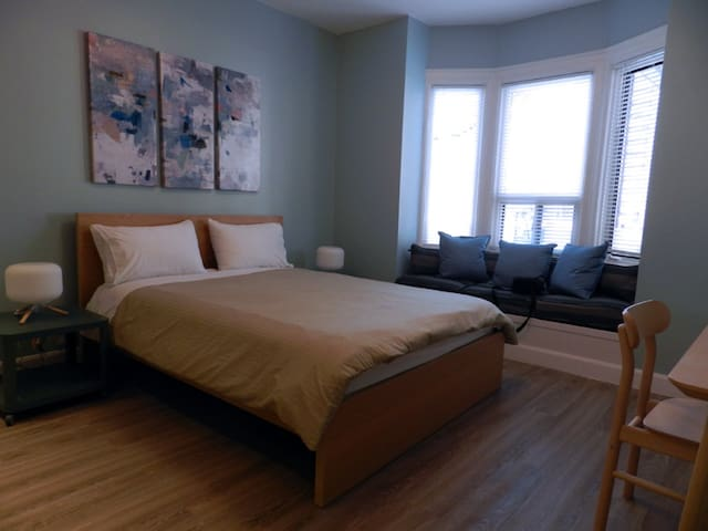 Renovated Bachelor Unit + Free Parking