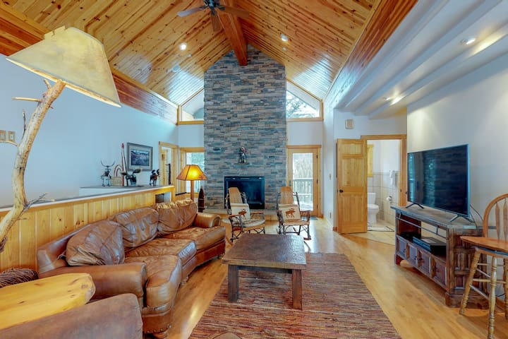 Spacious home w/ hot tub, views of Yellow Mountain/Spanish Peaks