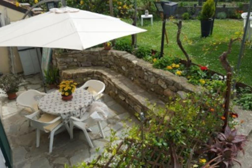 Tavolo da pranzo nel patio/ Dining table outside