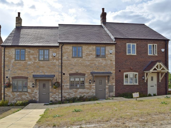 Cosy Cotswolds Townhouse (UKC3694)
