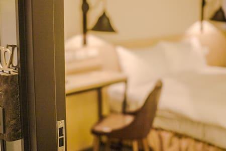 台北車站,近西門町,捷運站步行五分鐘,豪華雙人套房(Deluxe Double Room)003 - Zhongzheng distrikt - Annat