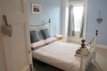 Sunshine on Leith! Double Room on Leith Walk - Edinburgh