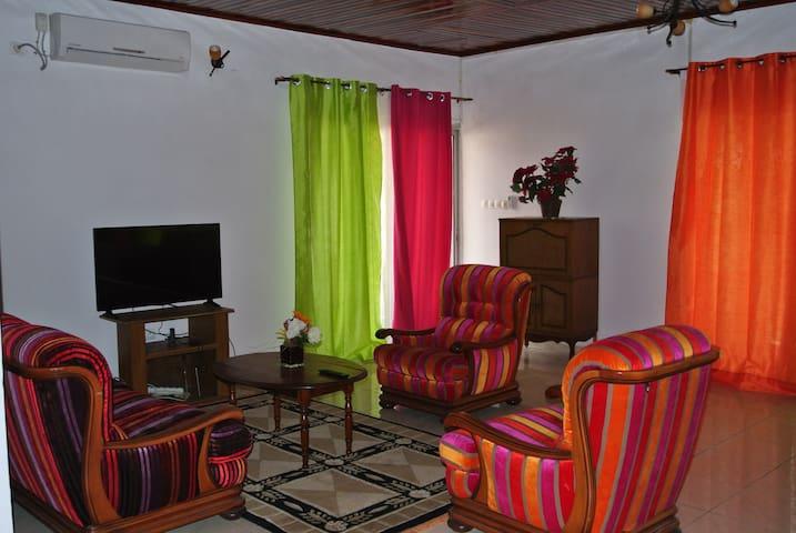 FAAMS Upstairs, Cozy Guest House near Bota Garden