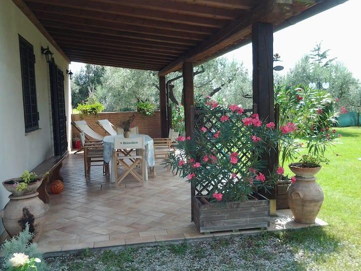 Casa in stile rustico con giardino