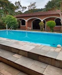 Casa com piscina em condomínio fechado no Guarujá