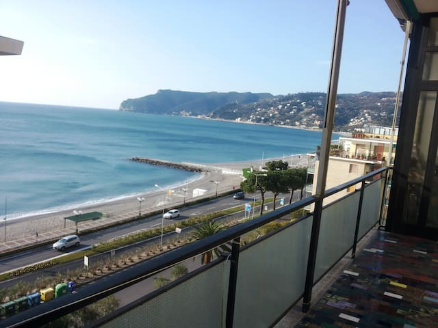 90sqm apartment - amazing sea-view - 30m far beach - Spotorno - Flat