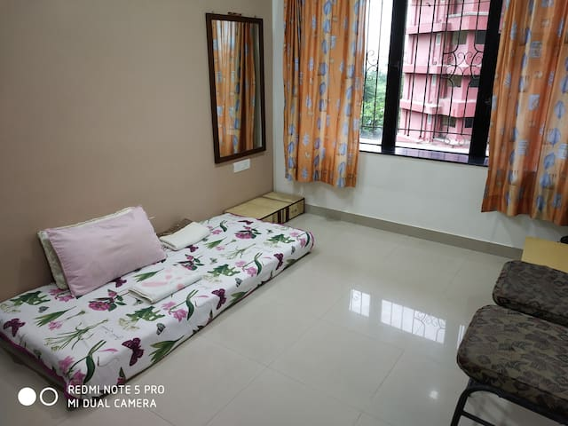 Cozy room for one in Malad West near Infiniti Mall