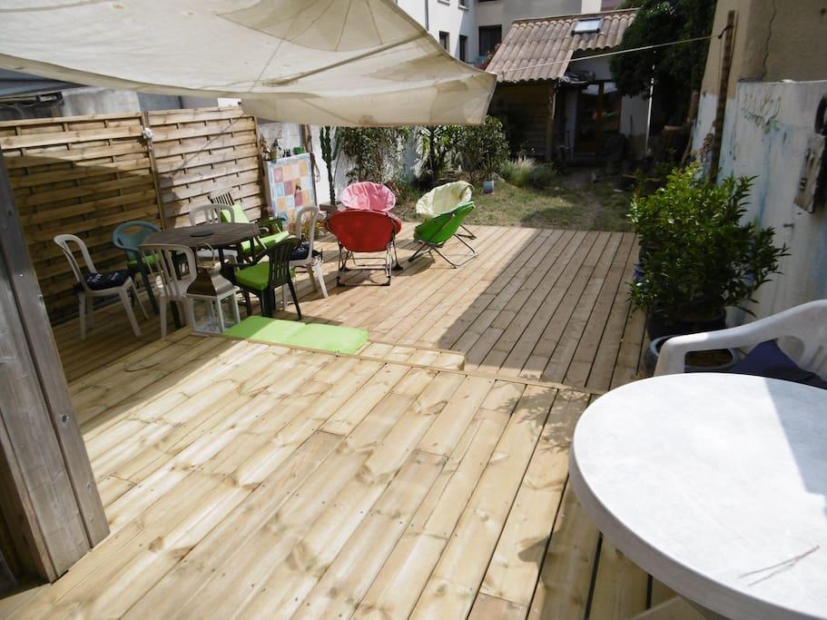 vue de la cuisine, la petite maison qu'on voit au bout du jardin est un garage (non loué)