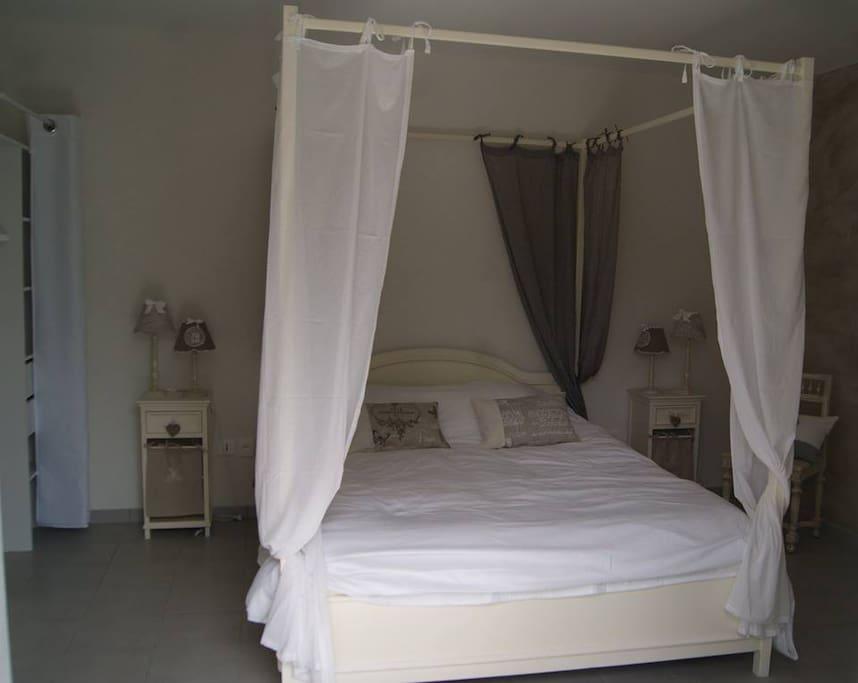 Chambre romantique avec salle de bain et toilette