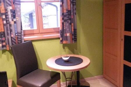 gepflegtes Zimmer für 1-2 Personen am Isarradweg - Gaißach