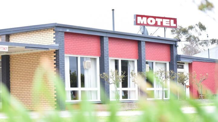 Rm1 Nice country Motel near beautiful Lake Wallace