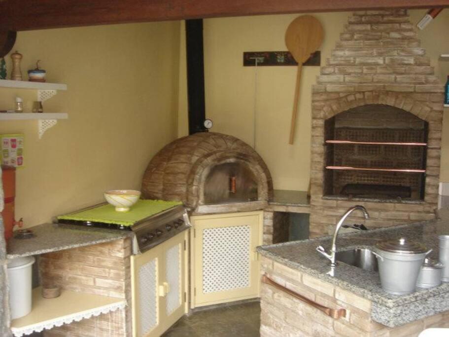 Churrasqueira e forno de pizza e fogão