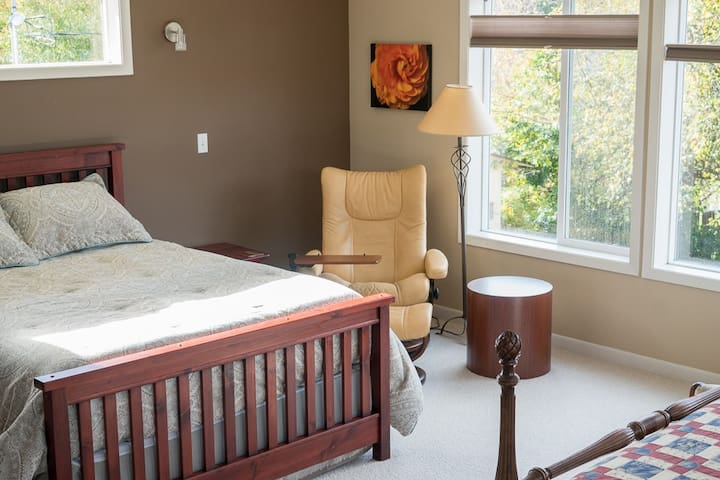 Large sunny guest suite with private bath near OSU