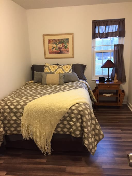 Come enjoy our cottage Bedroom with 2 small closets