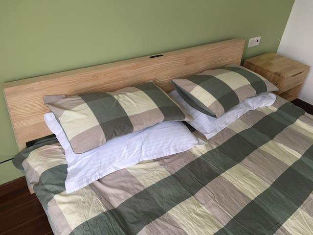 二樓一米八实木大床房全新水洗棉绿大格床品陪您和愛人一起度过浪漫假期