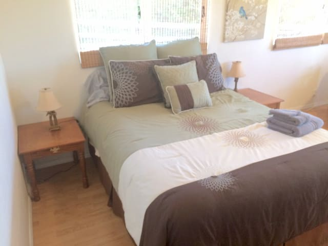 Private 1BR Cottage & 5min. walk to shop/eat