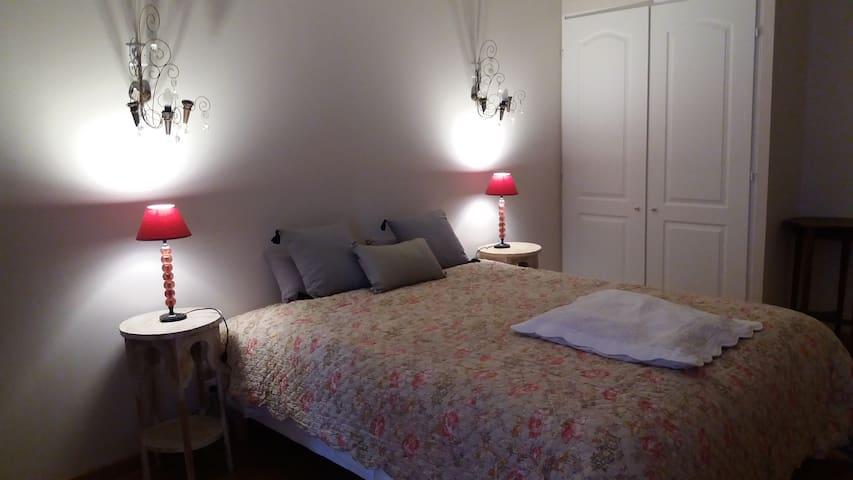 Jolie chambre dans grange rénovée - Cheval-Blanc - Bed & Breakfast