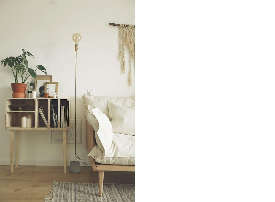 DIY的书架,落地灯,挂毯和沙发,带着手工的温度,随手拿上一本杂志翻阅,喝杯咖啡,空气中弥漫的香气,让整个空间都变得温柔起来,就让这种美好停留在这一刻,刻进你的记忆力,成为旅途的一种回忆。