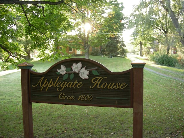 Farmhouse Retreat @ Applegate Studios