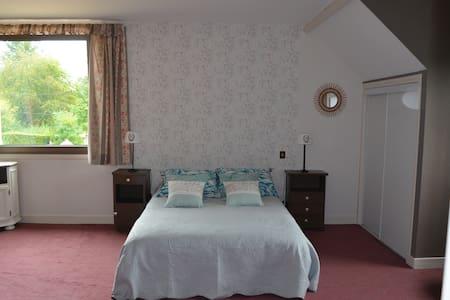 Chambre dans grande maison 6 kms du Pal - Dompierre-sur-Besbre - Talo