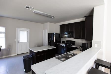 Private room near CotA - Austin