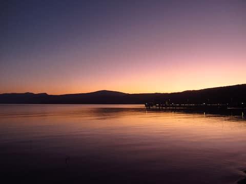 1 dormitorio frente al lago Tahoe, a pasos del agua.