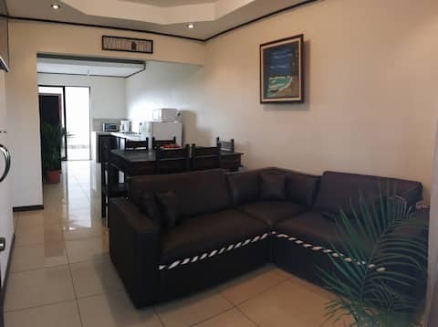 Entire house, 3 rooms, 8 ppl, 15min from airport.