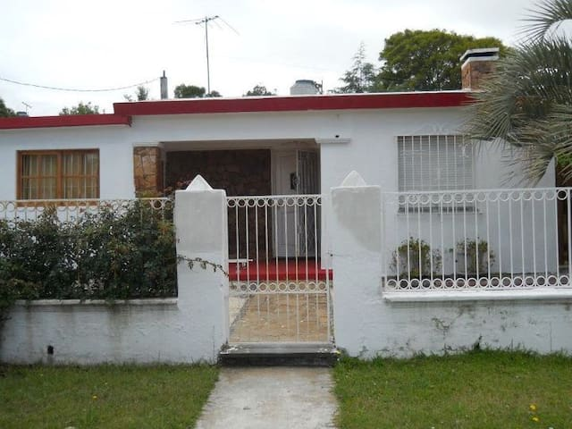 Casa s/ Av. en S. Luis. mts. de la playa Canelones
