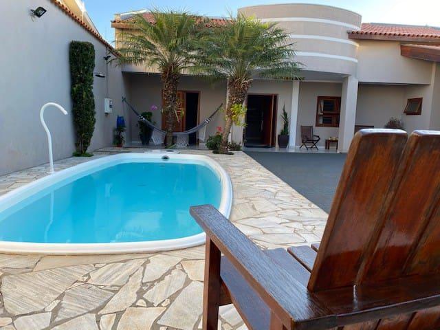 Casa com estilo chácara - churrasqueira e piscina.