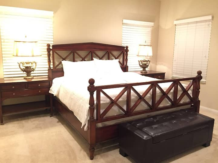洛杉矶阿凯迪亚市大型购物中心旁,3房整套公寓出租。温馨舒适的寝具一定会让你有一个不同的住宿体验。