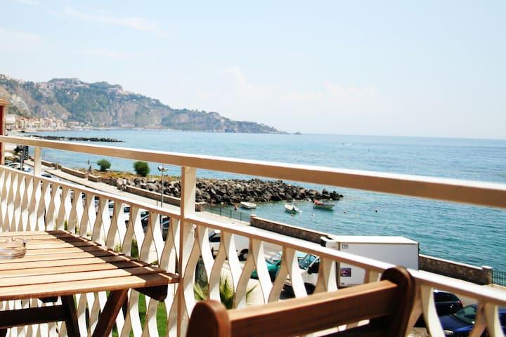Camera matrimoniale con balcone fronte mare