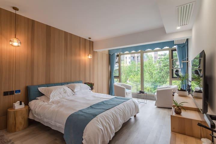 一楼大房间:1.8米大床、智能锁、中央空调、电视,五星床品及各类洗漱用品、芝华士按摩椅、茶具、套卫。