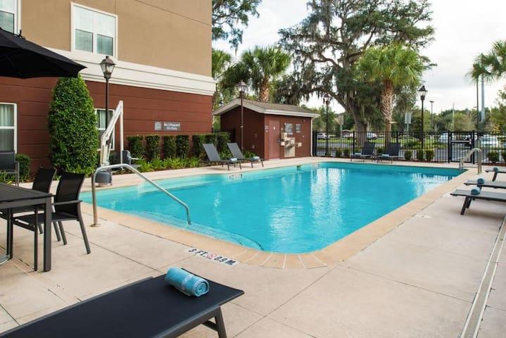Modern 1BR, Free Breakfast, Pool, Parking