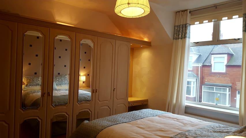 Main bedroom (UK king bed/called a queen bed in the U.S.)