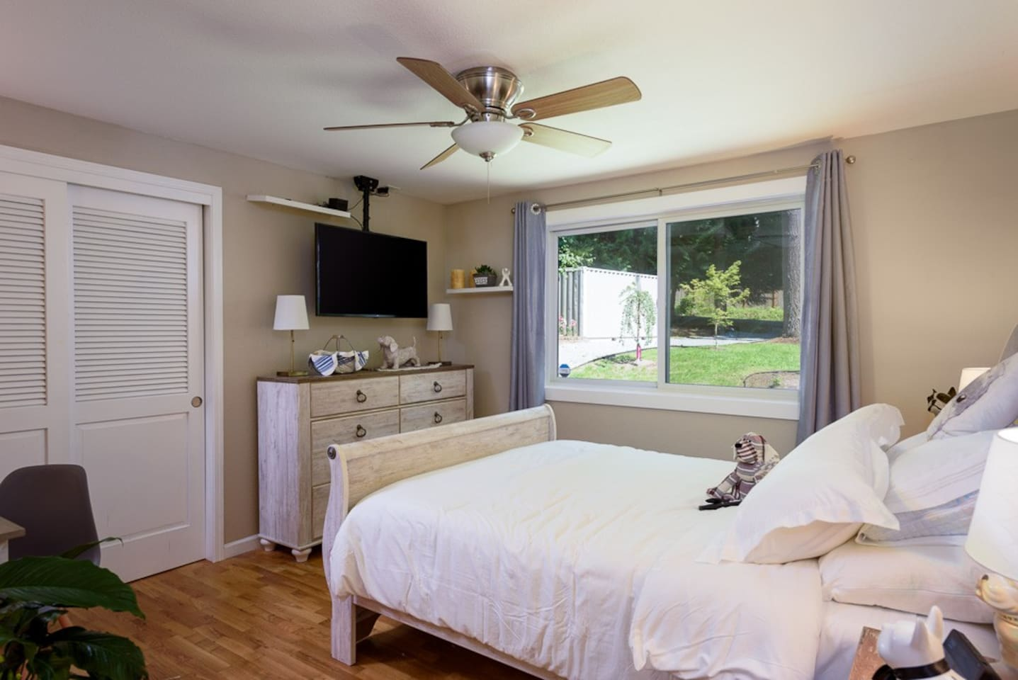 Alexa Enhanced GUEST ROOM  will BE GREAT for a single person or a couple, the decor will allow you to reminisce about your pets back home... WORK AT THE DAY DESK, WATCH A FIRST RUN MOVIE OR DOZE OFF TO IN ROOM MUSIC