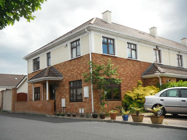 3 bed house & garden, child friendly :) - Greystones - Huis