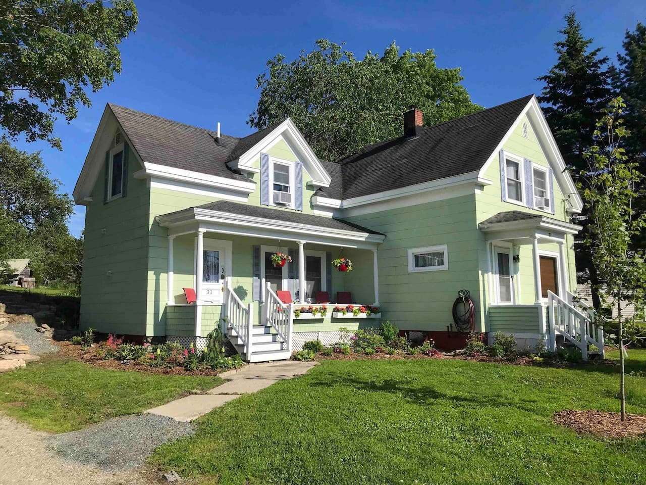 A welcoming Maine cottage & home away from home. A great home base for you to explore the Downeast Coast, Blue Hill Peninsula & Mount Desert Island. Fully equipped and tastefully furnished with attention to details for your comfort and convenience.