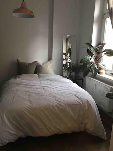 Schlummeroase alias Schlafzimmer - ist nicht nur gemütlich, sondern liegt auch zum Innenhof und ist daher super ruhig!