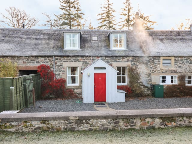 COACHMANS COTTAGE, pet friendly in Peebles, Ref 984124
