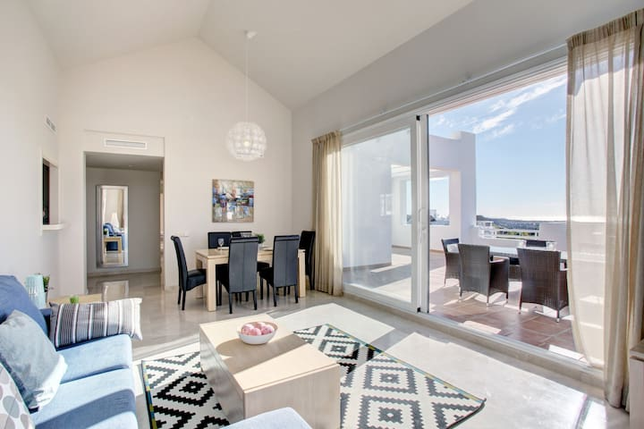 Grand Penthouse in Alcazaba Lagoon with sea views