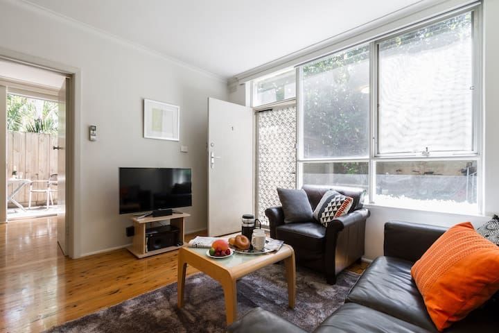 Renovated 1BR + private courtyard#1 - St. Kilda - Leilighet