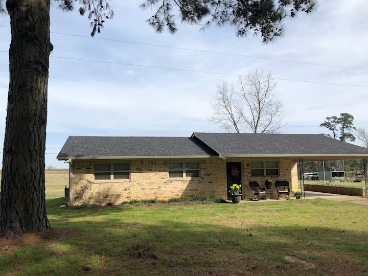 Cary's Cozy Cottage on 75 Acres with Piney Woods
