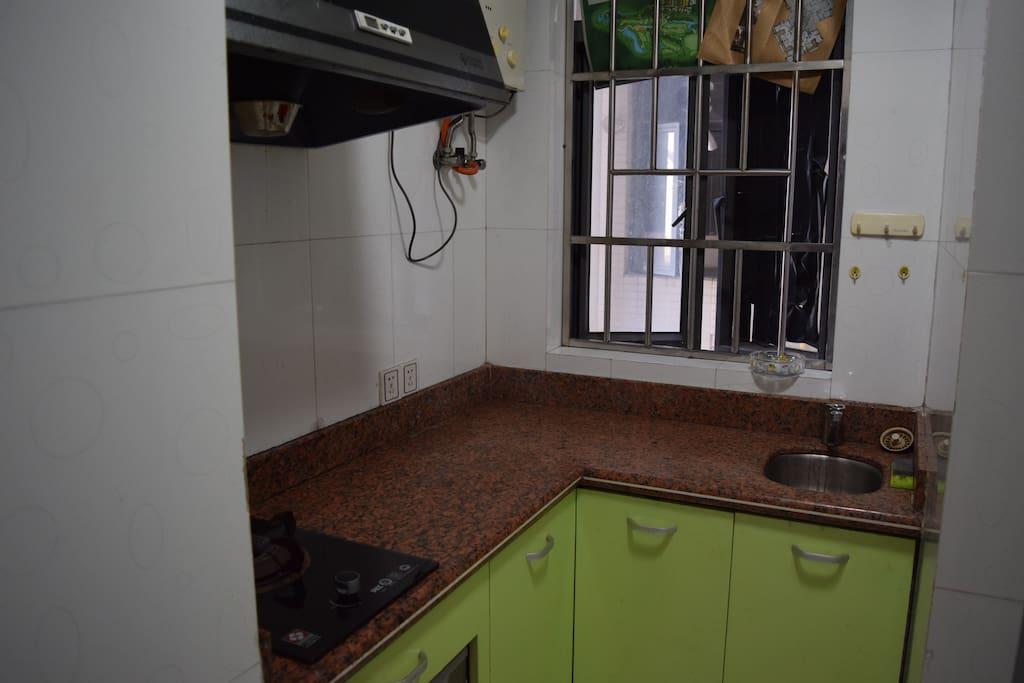厨房(备有厨具和餐具、调味品)