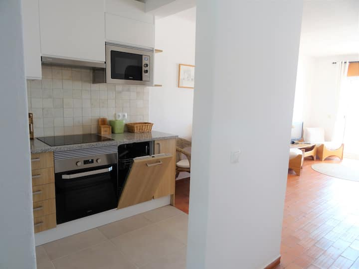 Refurbished 2-bedroom apartment close to the beach